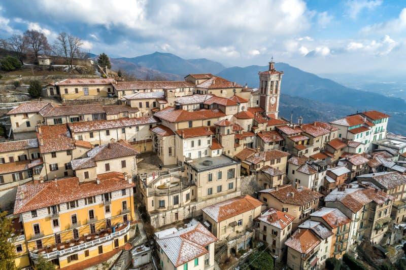La vista aerea del Sacro Monte di Varese, è un supporto sacro è un patrimonio mondiale storico del sito e dell'Unesco di pellegri fotografia stock libera da diritti