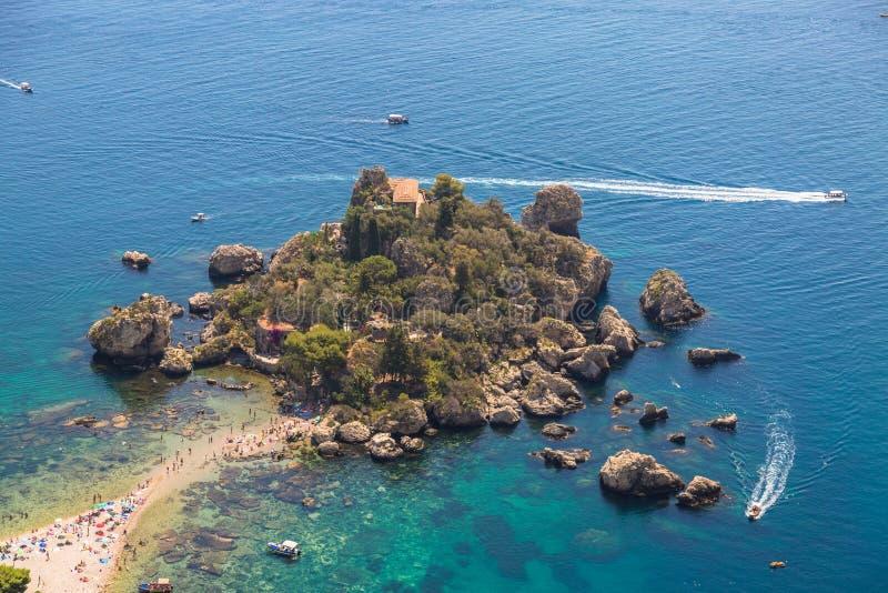 La vista aerea dell'isola e spiaggia di Isola Bella e l'oceano blu innaffiano fotografia stock libera da diritti