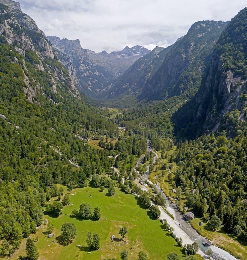 La vista aerea della valle di Mello, una valle circondata dalle montagne del granito ed alberi forestali, ha rinominato il piccol fotografia stock