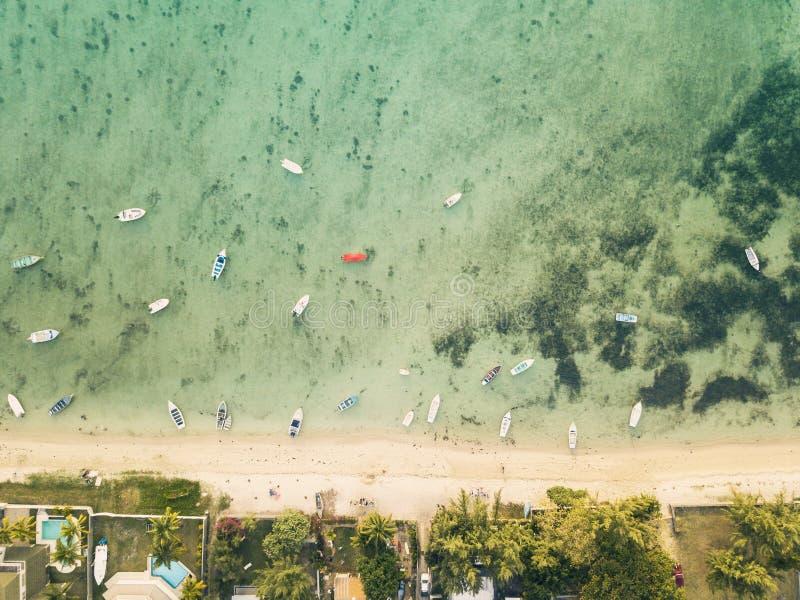 La vista aerea delle barche si avvicina alla linea della spiaggia immagini stock libere da diritti