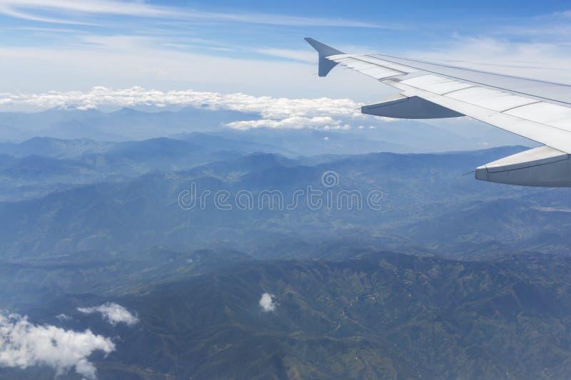 La vista aerea delle montagne andine e l'aeroplano traversano, la Colombia fotografia stock libera da diritti