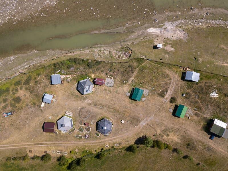 La vista aerea di uno stabilimento nelle montagne di Altai con le casette per gli indigeni ed i turisti, indispone per la vita no immagine stock