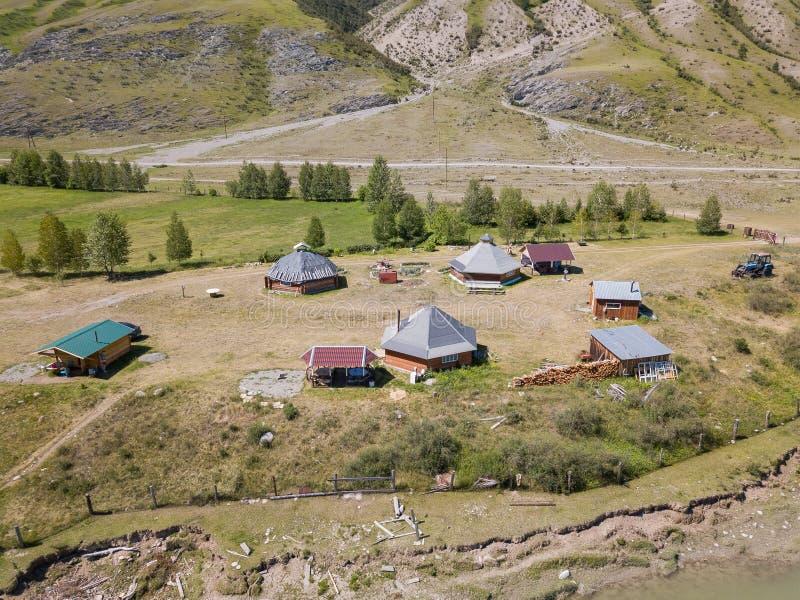 La vista aerea di uno stabilimento nelle montagne di Altai con le casette per gli indigeni ed i turisti, indispone per la vita no immagini stock