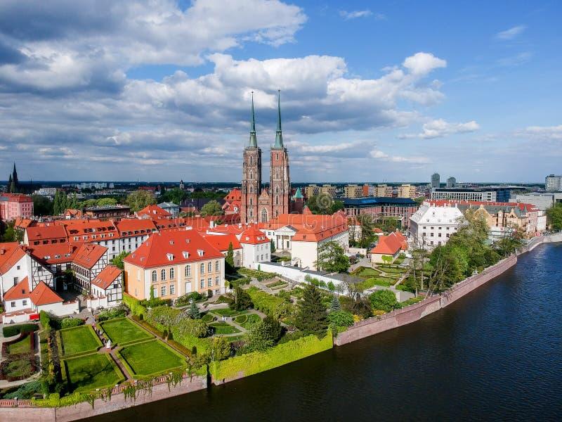 La vista aerea di Wroclaw: Ostrow Tumski, cattedrale di St John la chiesa battista e collegiale dell'incrocio e della st santi Ba fotografia stock libera da diritti