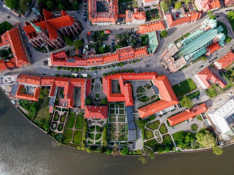 La vista aerea di Wroclaw: Ostrow Tumski, cattedrale di St John la chiesa battista e collegiale dell'incrocio e della st santi Ba fotografie stock libere da diritti