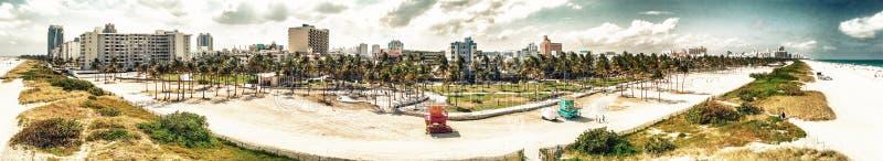La vista aerea panoramica di Miami Beach e l'oceano guidano su un beauti fotografie stock