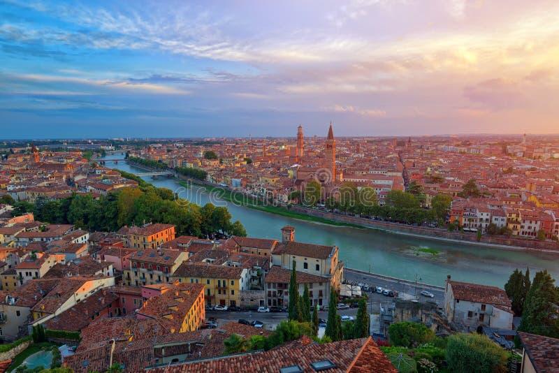 La vista aerea panoramica di Verona, Italia al tramonto dell'estate, sole len immagine stock libera da diritti