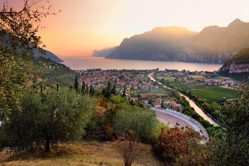 La vista aerea scenica della città di Riva del Garda, situata su una riva del lago garda, surronded dalle belle montagne rocciose fotografie stock