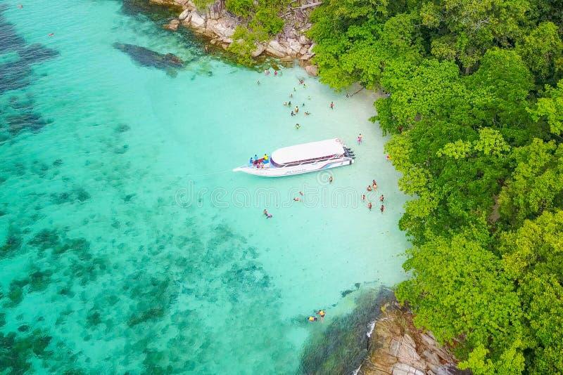 La vista aerea sopra la barca della velocità con il bei mare e spiaggia, cima rivaleggia immagine stock libera da diritti