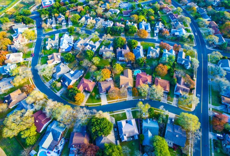 La vista aerea sopra la Comunità moderna della casa del sobborgo con i colori di caduta ha curvato Streetes fotografie stock libere da diritti
