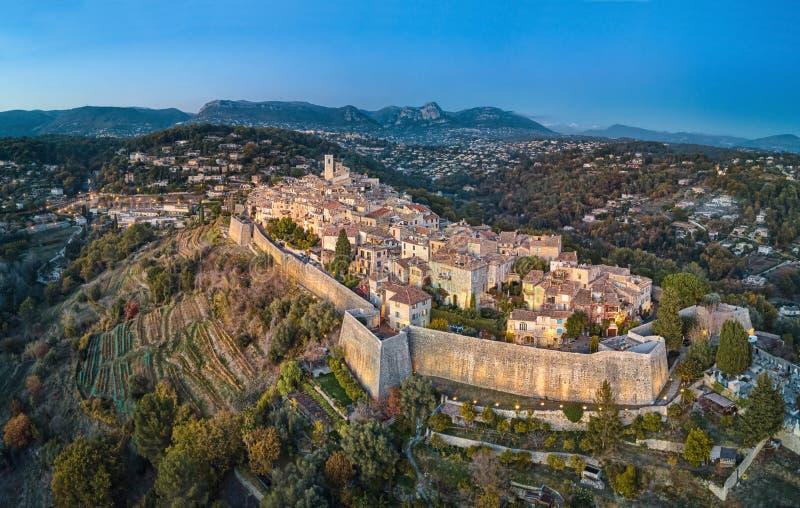 La vista aerea sul san Paul de Vence ha fortificato il villaggio, Francia immagine stock libera da diritti
