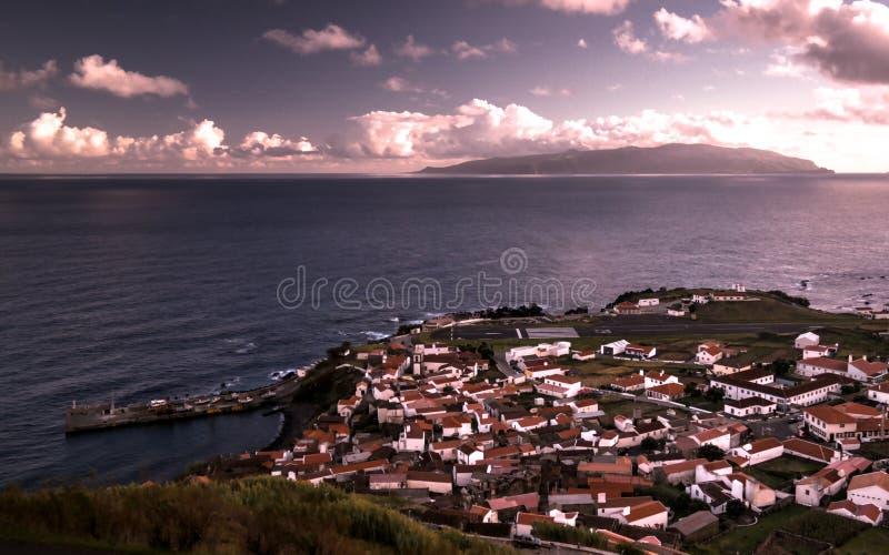 La vista aerea a Vila fa l'isola al tramonto, isola di Corvo, Azzorre, Portogallo del Flores e di Corvo immagini stock