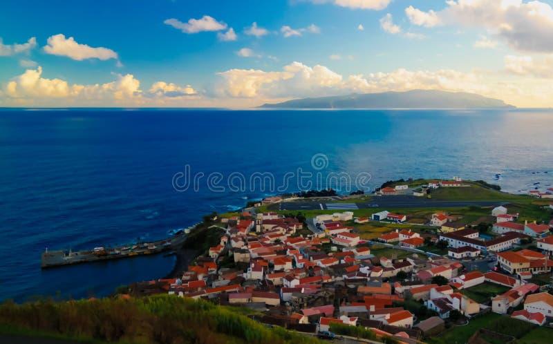 La vista aerea a Vila fa l'isola al tramonto, isola di Corvo, Azzorre, Portogallo del Flores e di Corvo immagine stock