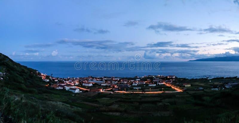 La vista aerea a Vila fa l'isola al tramonto, isola di Corvo, Azzorre, Portogallo del Flores e di Corvo fotografie stock libere da diritti
