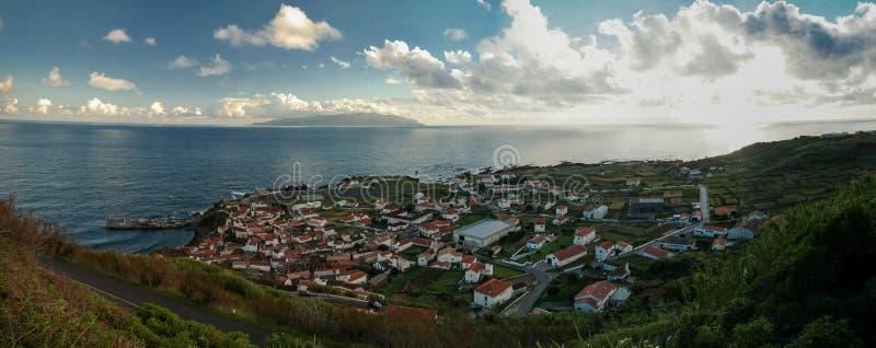 La vista aerea a Vila fa l'isola al tramonto, isola di Corvo, Azzorre, Portogallo del Flores e di Corvo immagini stock libere da diritti