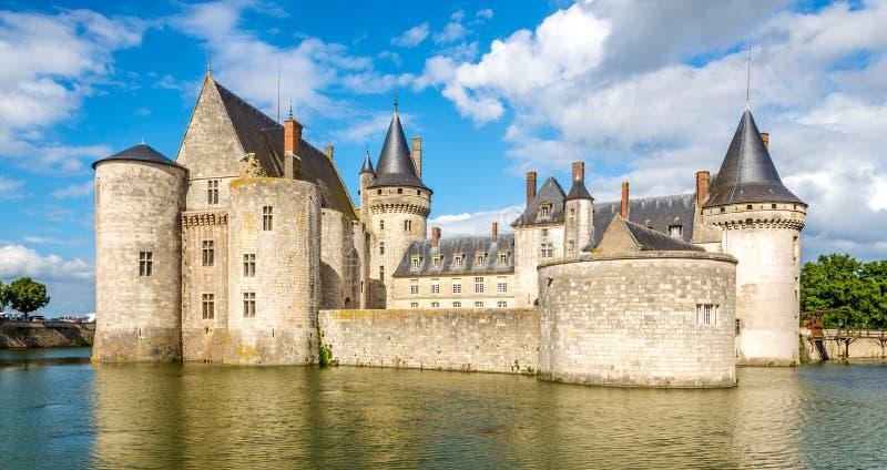 La vista al castello macchia il sur la Loira attraverso il fossato fotografie stock