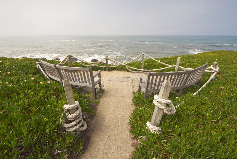 La vista al mar benches en el parque de estado de Montara del punto, California imágenes de archivo libres de regalías
