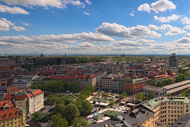 La vista al Viktualienmarkt antico è un mercato quotidiano dell'alimento e un quadrato nel centro di Monaco di Baviera fotografia stock libera da diritti