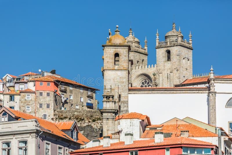 La vista alla città antica di Oporto con Sé fa Oporto come fondo fotografia stock libera da diritti