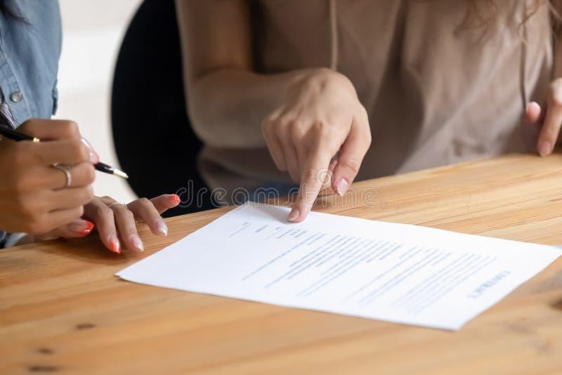 La vista alta vicina della mano del cliente ha messo la firma sul contratto immagini stock