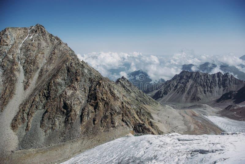 la vista asombrosa de montañas ajardina con la nieve, Federación Rusa, el Cáucaso, fotografía de archivo libre de regalías