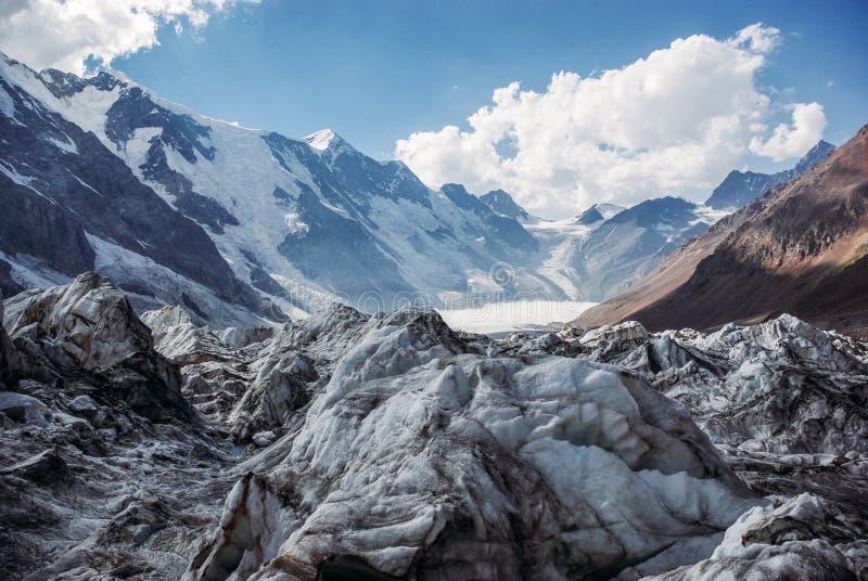 la vista asombrosa de montañas ajardina con la nieve, Federación Rusa, el Cáucaso, imágenes de archivo libres de regalías