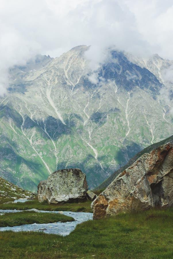 la vista asombrosa de montañas ajardina, Federación Rusa, el Cáucaso, foto de archivo