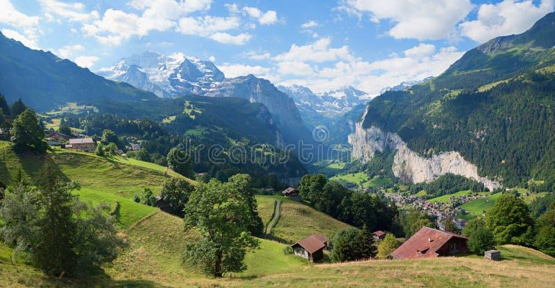 La vista a bello lauterbrunnen la valle e la montagna di jungfrau fotografia stock libera da diritti