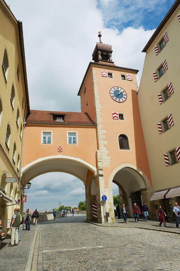 La vista a la calle y el puente de piedra viejo se elevan en Regensburg, Alemania foto de archivo libre de regalías
