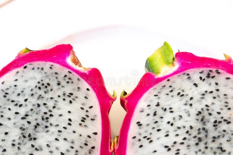 La vista cercana a dos cortó la fruta blanca del dragón que mostraba la corteza rosada y las semillas negras, copian el espacio imágenes de archivo libres de regalías