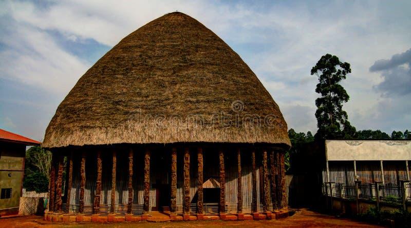 La vista a Chiefdom establece jefatura aka de Chefferie, el símbolo principal de Bandjoun, el Camerún imagen de archivo libre de regalías