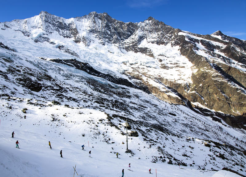 La vista da sopra sugli sport della neve di Felskinn dirige vicino alla Saas-tassa immagine stock libera da diritti