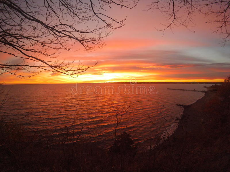 La vista da una scogliera di una caramella ha colorato il tramonto immagine stock libera da diritti