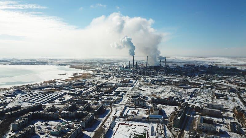 La vista dal fuco della città e della fabbrica Fumo pesante che viene dai tubi fotografie stock