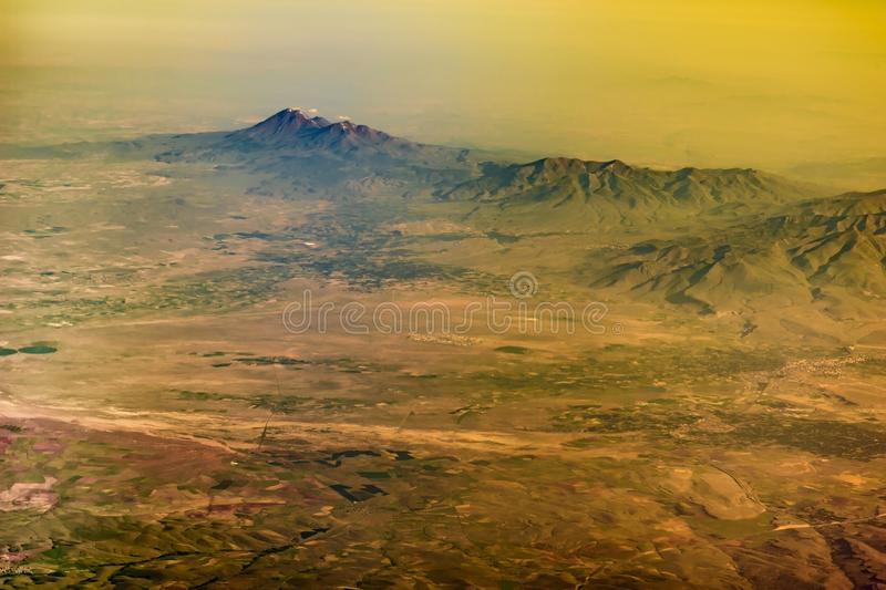 La vista dalla finestra dell'aeroplano alla catena montuosa della Turchia immagini stock