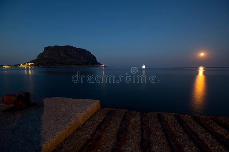 La vista dalla vecchia città del castello di Monemvasia immagini stock
