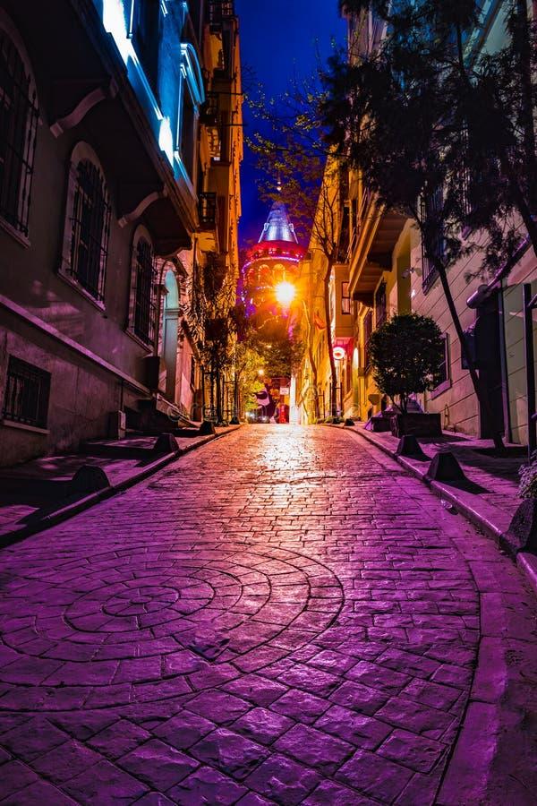 La vista de la calle estrecha vieja con la torre de Galata llamó la torre de Cristo por Genoese una arquitectura medieval famosa  fotos de archivo libres de regalías