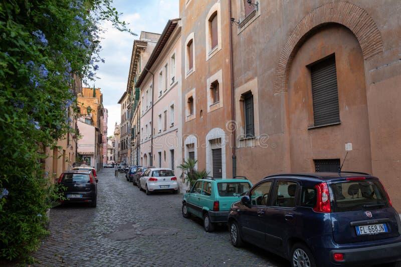La vista de coches retros en la calle de Trastevere es el décimotercero distrito de Roma fotografía de archivo libre de regalías