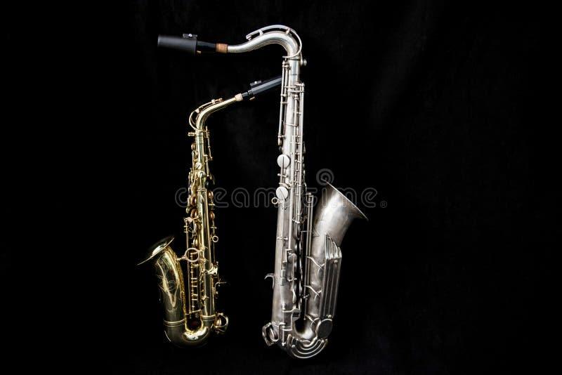 A la vista de la colocación de dos saxofones imagen de archivo