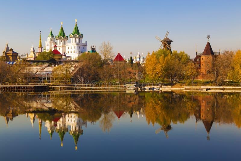 La vista de Izmailovo el Kremlin y Plata-uva acumula en el otoño, Moscú, imagenes de archivo