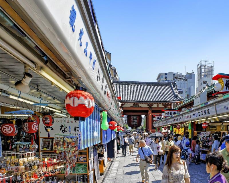 La vista de la calle de las compras de Nakamise estira cerca del templo de Sensoji en el distrito de Asakusa de Tokio imagenes de archivo