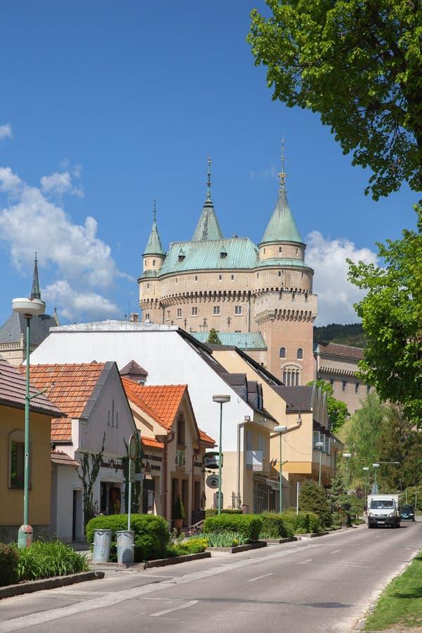 La vista de la calle del namestie de Hurbanovo en Bojnice fotografía de archivo