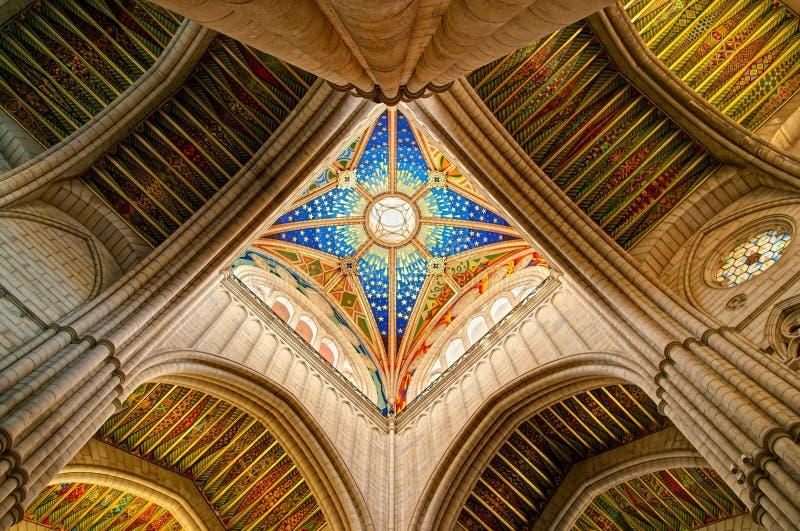 La vista de la catedral española adornó el techo con las ventanas de sea fotos de archivo libres de regalías