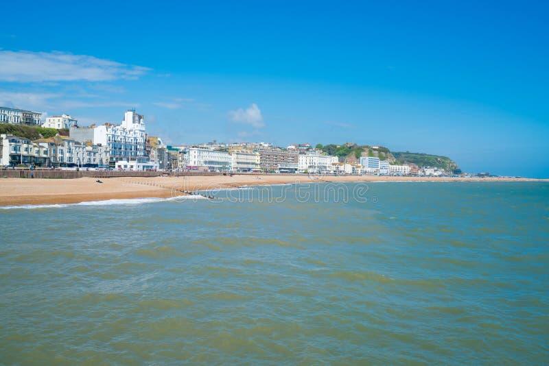 La vista de la ciudad de Hastings y la playa afrontan del embarcadero de Hastings foto de archivo