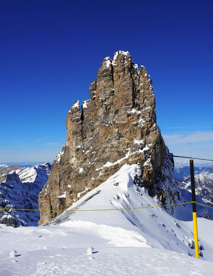 La vista de la cordillera nevada en las montañas suizas monta Titlis, Engelberg, Suiza imagen de archivo libre de regalías