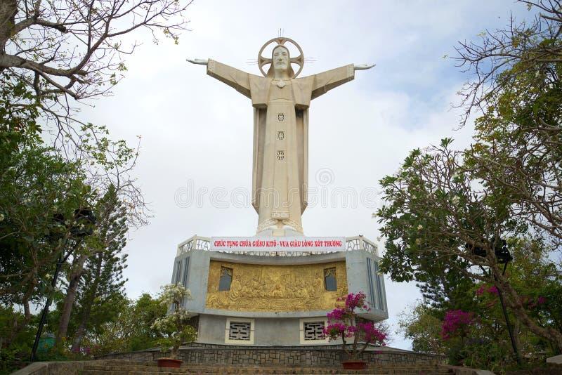 La vista de la estatua de Jesus Christ en la montaña Nyo Vung Tau, Vietnam imagen de archivo
