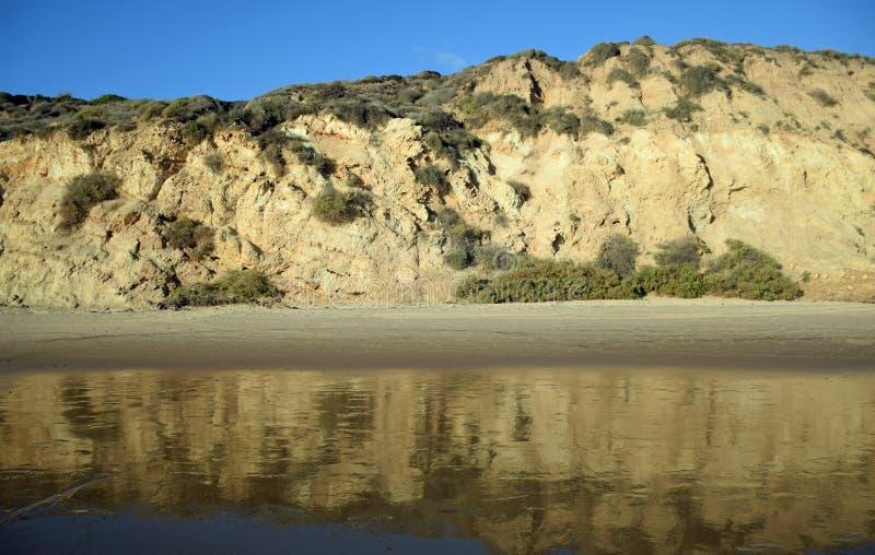 La vista de la playa fanfarronea en Crystal Cove State Park, California meridional imágenes de archivo libres de regalías