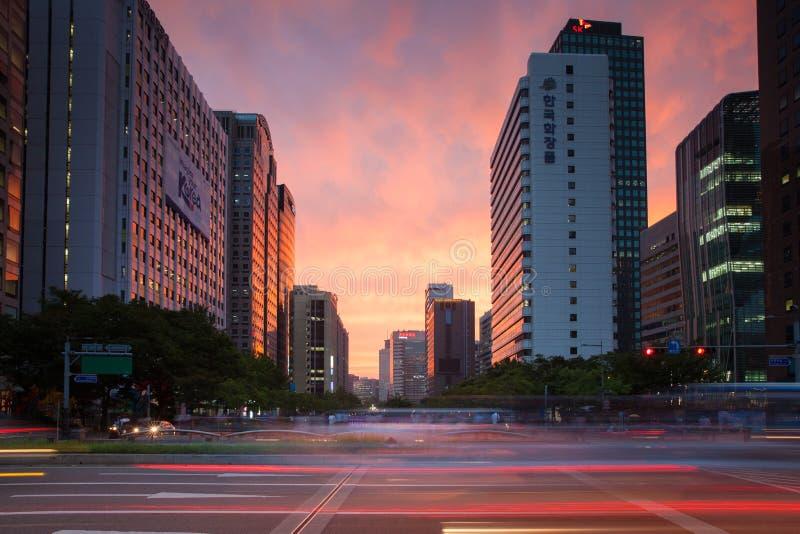 La vista de la puesta del sol vibrante sobre la área comercial de Seul fotos de archivo