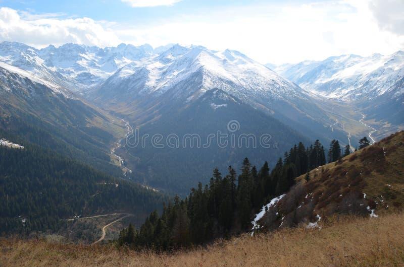 La vista de las montañas cubiertas con alguna nieve e hierba en la región del Mar Negro, Turquía imagenes de archivo