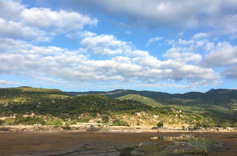 La vista de las montañas en Phan sonó, Vietnam fotos de archivo